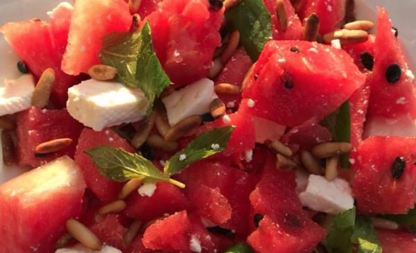 nem vandmelonsalat opskrift, sommersalat opskrift, salat med vandmelon, vandmelonsalat med pinjekerner, sommersalat med vandmelon, salat til børnefødselsdag, alletidersdag, inspiration til børnefødselsdag